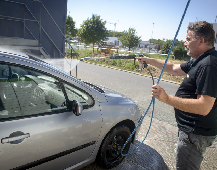 Lavage voiture avec peu d'eau