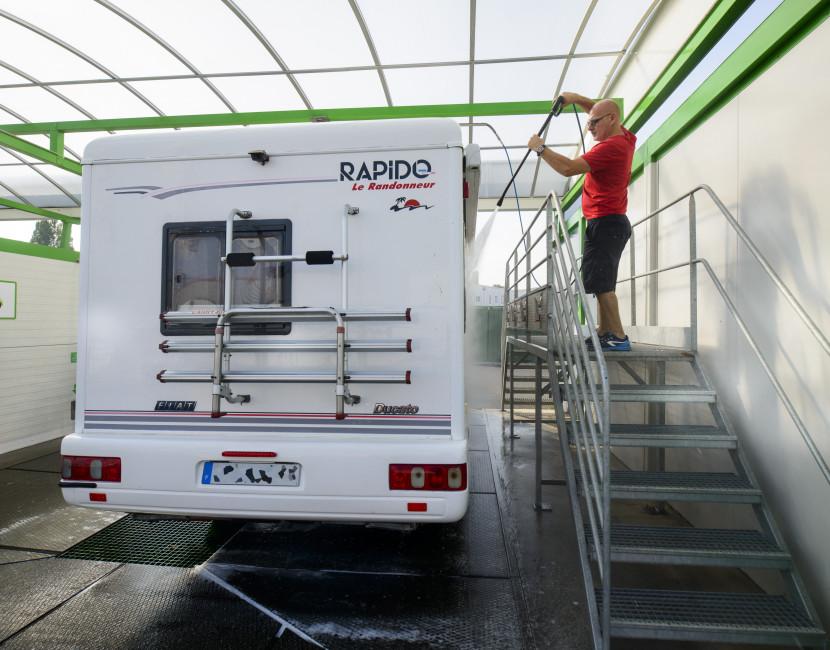 Des passerelles latérales facilitant le lavage du toit des camping-cars