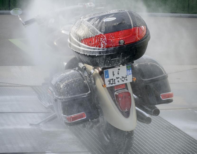 Lavage d'une moto à la haute-pression chez Astikoto
